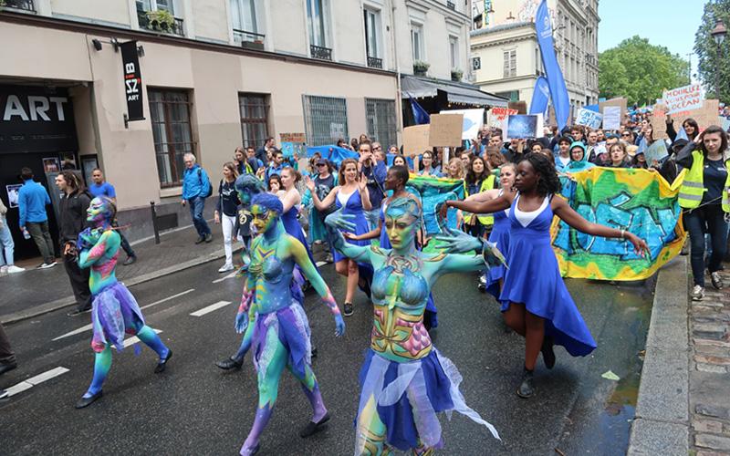 Marche pour l'océan lors de la journée mondiale de l'océan à Paris